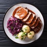 Немецкое медленное жаркое бака Sauerbraten плитаа с варениками картошки стоковые фотографии rf