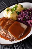 Немецкое национальное блюдо Sauerbraten служило с dumpl картошки knodel стоковое изображение rf