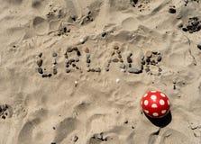Немецкое писать Urlaub в песке стоковое фото