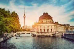 Немецкое пообещанное оживление музея и реки на заходе солнца стоковое фото