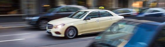 Немецкое такси быстро проходя в городе Стоковое Изображение