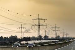 Немецкое шоссе в вечере с полем и electri солнечной энергии стоковое фото