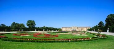 Немец дворца Schonbrunn: Schloss Schonbrunn бывшая имперская резиденция лета, главная туристическая достопримечательность стоковые фотографии rf