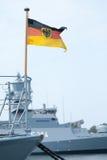 Немец Bundesdienstflagge на военном корабле Стоковая Фотография RF