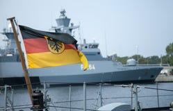 Немец Bundesdienstflagge дует на военном корабле Стоковое Изображение
