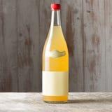 Немеченая бутылка желтого ликера Стоковое Изображение