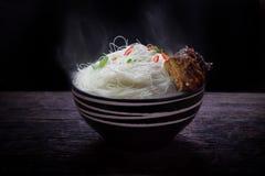 Немедленная вермишель с spareribs свинины жаркого в шаре Стоковое Изображение