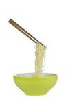 Немедленные лапши в зеленой чашке изолированной на белой предпосылке Стоковые Изображения RF