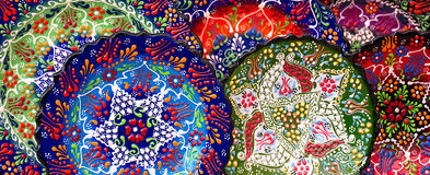 Немногие красочные турецкие плиты на уличном рынке Стоковое Изображение RF