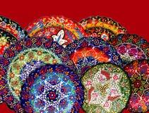 Немногие красочные турецкие плиты на уличном рынке Стоковое Фото