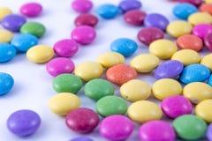 Немногие красочные чечевицы на белой предпосылке Стоковое Фото