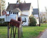 Немногие почтовые ящики на столбах в лужайке в жилом районе с Белым Домом на заднем плане стоковые изображения