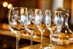Немногие пустые стекла и графинчик вина Стоковые Фотографии RF