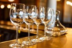 Немногие пустые стекла и графинчик вина Стоковые Изображения RF