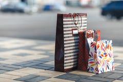 Немногие различные хозяйственные сумки на поле Стоковая Фотография