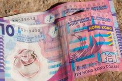 Немногие скомканные счеты доллара Гонконга на земле Стоковые Изображения