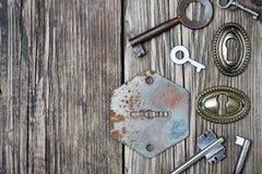Немногие старые ключи и keyholes Стоковые Изображения