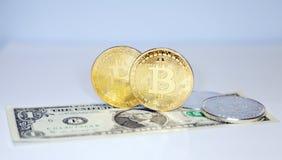 Немногий золото и серебряные монеты bitcoin на долларовых банкнотах как символ стоковая фотография rf
