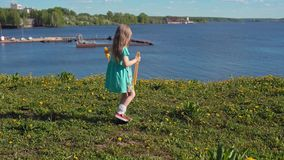 Немногое белокурая девушка надувает большие пузыри мыла против фона морского побережья сток-видео