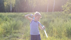 Немногое белокурый мальчик делает снаружи мыла пузырей акции видеоматериалы
