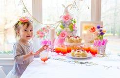 Немногое девушка малыша есть десерт стоковые фотографии rf