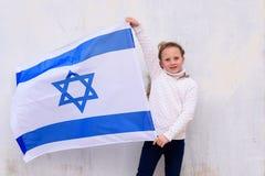 Немногое девушка патриота еврейская с флагом Израилем на белой предпосылке стоковое изображение rf