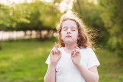 Немногое девушка redhead делает желаемый outdoors желания стоковые изображения