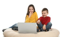 Немногое дети используя видео-чат на ноутбуке стоковая фотография rf