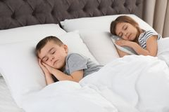 Немногое дети спать в кровати комфорта стоковое изображение rf