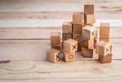 Немногое деревянная игрушка с блоками символа o и x на деревянном столе Стоковое Изображение
