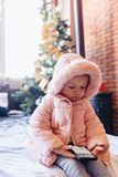Немногое игра младенца со смартфоном стоковое изображение