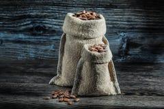 Немногое и большие мешки из кофейных зерен стоковая фотография