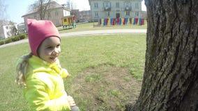 Немногое милая девушка и ее мать играя в парке Съемка карданного подвеса сток-видео