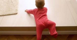 Немногое милая девушка малыша взбираясь на лестницах дома сток-видео
