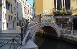 Немногое мост через канал в Венеции, Италии стоковое фото