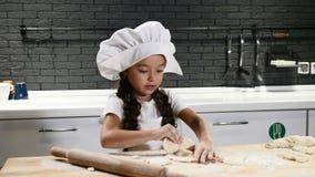 Немногое прелестная preschool девушка играя шеф-повара в отечественной кухне Концепция шеф-поваров детей Красивая темн-с волосами сток-видео