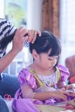 Немногое принцесса получает волосы сделанный стоковые фото
