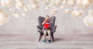 Немногое ребенок в стеклах 3d есть попкорн стоковые изображения rf