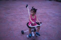 Немногое ребенок на прогулочной коляске, она ища что-то стоковые фото