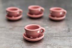 Немногое розовые чашки и плиты фарфора игрушки с белыми точками Стоковое фото RF