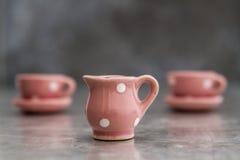 Немногое розовые чашки и плиты фарфора игрушки с белыми точками Стоковые Изображения RF