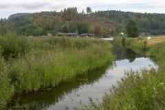 Немногое спокойное река с отражениями в vater и холм с fo стоковая фотография