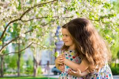 Немногое счастливые девушки на прогулке на вечере лета на заходе солнца в парке Сестры стоковые фотографии rf