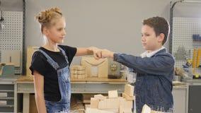 Немногое управляет концепцией Съемка детей в месте для работы здания работая совместно Друзья мальчик и кулак стойки девушки к видеоматериал
