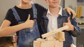 Немногое управляет на работе Маленькие дизайнеры Непознаваемый в workstudio плотничества или ремесла большой пец руки предпосылки сток-видео