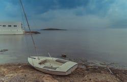 Немногое шлюпка над пляжем стоковые фотографии rf