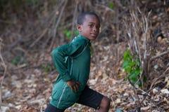 Немногое sporty мальчик делая тренировки в парке стоковые изображения