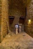 Немного выкопенных экскаватором экспонатов внутри одной из комнат в замке Paphos Стоковое фото RF