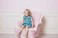 Немного красивый и счастливый ребёнок сидя на красивом vint стоковое изображение rf