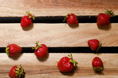 Немного клубник ягод зрелых на деревянных плитах, взгляд сверху Стоковое фото RF